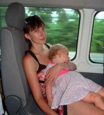 Спящая Василиса в дороге