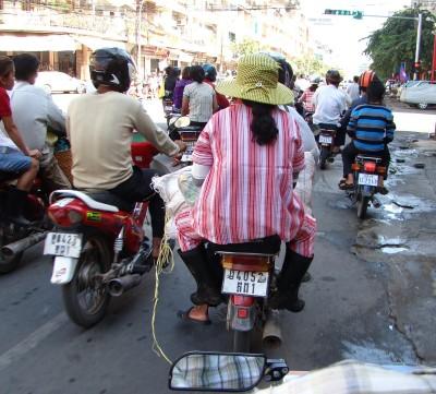 Местное движение и люди (в резиновых сапогах)