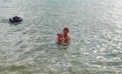 Василиса в Сиануквилле, плавает с папой